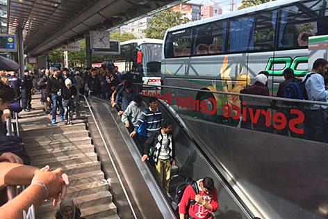 Flüchtlinge kommen per Bus auf den Salzburger Hauptbahnhof