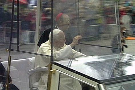 Salzburgs Erzbischof Georg Eder und Papst Johannes Paul II. beim Papstbesuch 1998 in Salzburg