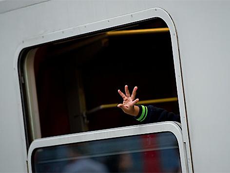 Winkende Hand aus Zugfenster