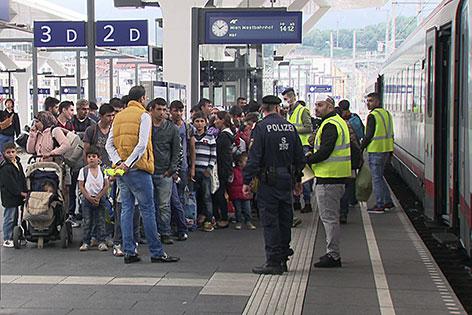 Flüchtlingsgruppe auf dem Bahnsteig am Salzburger Hauptbahnhof