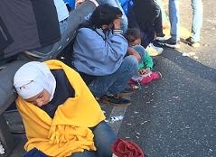 Flüchtlinge Kinder Frauen Straße Freilassing