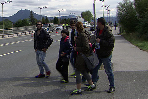 Flüchtlingsgruppe zu Fuß an der Grenze bei Freilassing