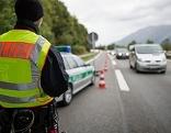 Polizist bei Grenzkontrolle an der deutschen Autobahn A8 in Bayern