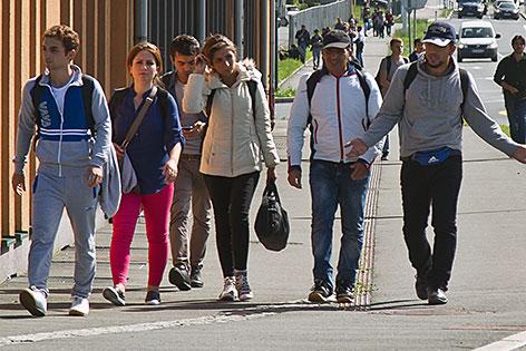 Flüchtlinge marschieren in Kleingruppen nach Deutschland
