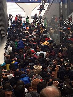 Flüchtlinge auf Rolltreppe im Salzburger Hauptbahnhof