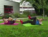 Doresia Krings und Michael Mayrhofer stellen eine Übung zur Kräftigung der schrägen Bauchmuskeln vor.