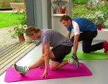 Mit dieser Übung werden zwei Muskelgruppen gedehnt.