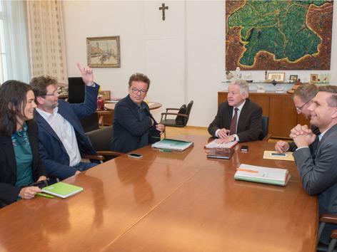 Von links: Maria Buchmayr, Gottfried Hirz und Landesparteichef Rudi Anschober (Grüne), LH Josef Pühringer, Thomas Stelzer und Wolfgang Hattmannsdorfer (ÖVP)