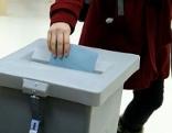 Eine Frau am Sonntag, 11. Oktober 2015, während ihrer Stimmabgabe im Rahmen der Gemeinderats- und Landtagswahl in Wien