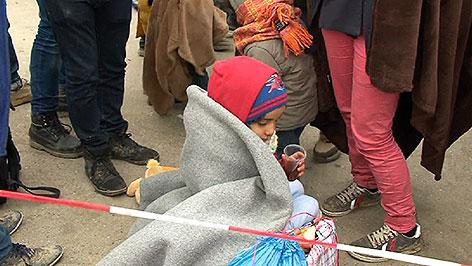 Flüchtlinge in Decken gehüllt