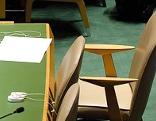 Leerer Sessel in einem Sitzungssaal