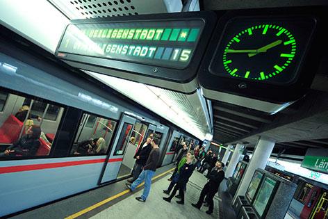 Uhr auf U-Bahn-Bahnsteig