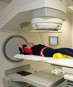 Renate Brauner und  Tomas-Hendrik Knocke-Abulesz besichtigen den Linearbeschleuniger im Krankenhaus Hietzing