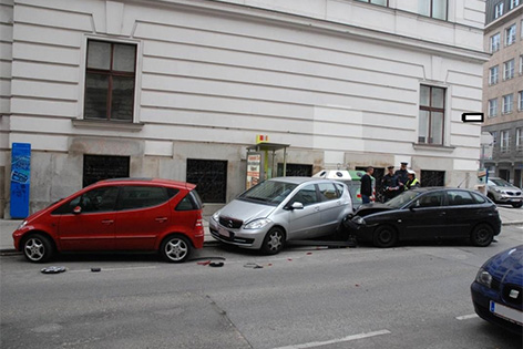Mann kracht gegen geparktes Auto. Im Bild die Unfallstelle