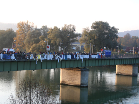 Flüchtlinge von Innbrücke gesprungen