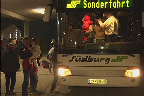 Mit Bussen sind Flüchtlinge aus der Steiermark gebracht worden