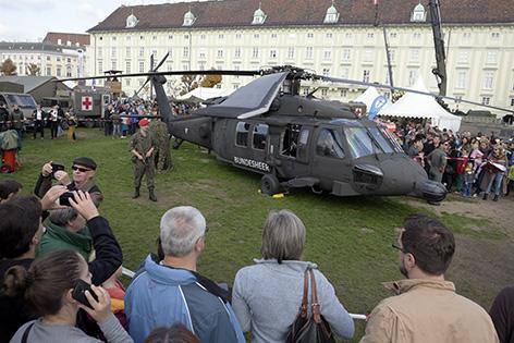Besucher der Leistungsschau amNationalfeiertag auf dem Wiener Heldenplatz