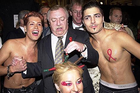 Wiens Buergermeister Michael Haeupl mit Ballgaesten 2001