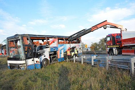 Buswrack wird geborgen, die Leitschiene repariert
