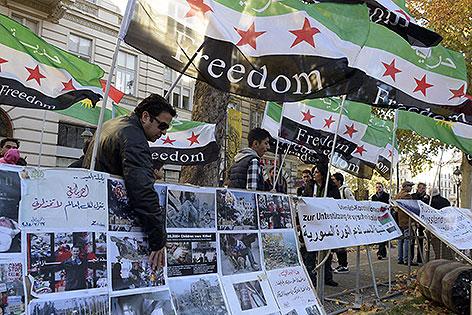 Demonstranten mit syrischen Fahnen