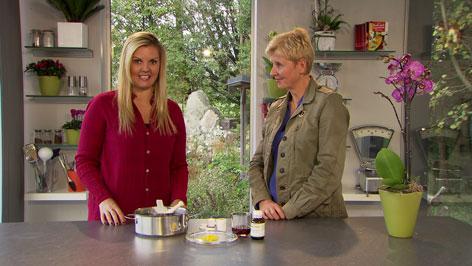 Christina Sonntag und Apothekerin Kornelia Seiwald mit Pflegeprodukten für die Männerhaut.