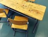 Zwei Stühle in einem Klassenzimmer