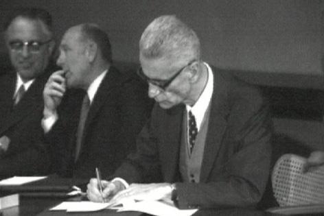 Silvius Magnago unterzeichnet Vertrag