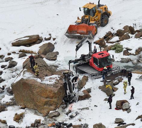 Abgestürztes Auto wird mit Pistenraupe und Bagger geborgen