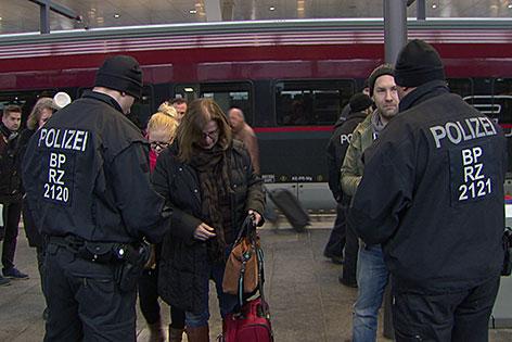 Deutsche Bundespolizei kontrolliert am Bahnsteig am Salzburger Hauptbahnhof