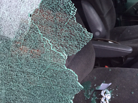 Sujetbild Einbruch Auto Fensterscheibe Einschlagen Autoknacker