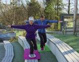 Gleichgewichtsübung mit Doresia Krings und Michael Mayrhofer