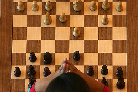 Schachspieler vor Schachbrett