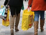 Frauen mit Einkaufstaschen beim Weihnachtseinkauf
