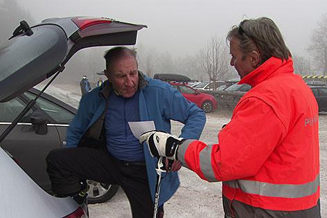 Pisten Security verteilt Zettel an Skitourengeher beim Auto