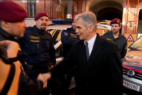 Bundeskanzler Werner Faymann (SPÖ) im Rahmen eines Besuches der Polizei in der Rossauer-Kaserne am Freitag, 25. Dezember 2015 in Wien
