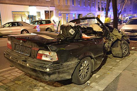 Zwei 17-Jährige sind am Sonntag, 20. Dezember 2015, in Wien-Ottakring mit ihrem Auto von der Straße abgekommen. Im Bild: Das Unfallauto
