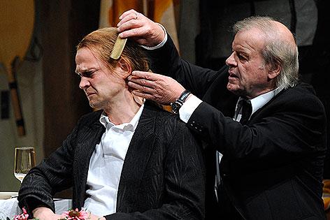 """Dietmar König und Roland Kenda in """"Tracy Letts (Eine Familie)"""" im Oktober 2009 im Akademietheater."""