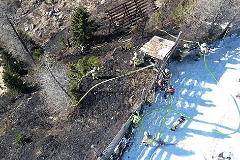 Löscharbeiten bei Böschungsbrand in Rauris
