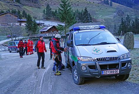 Bergrettungsauto und Polizeiauto bei Alpineinsatz