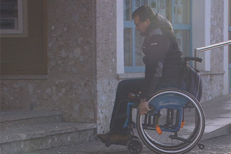 Gehbehinderter vor Stufe