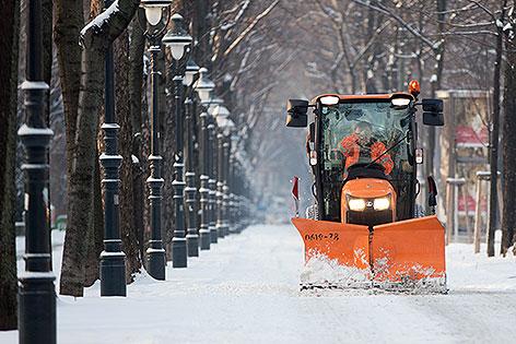 Schneepflug auf Radweg auf der Ringstraße