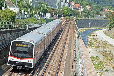 U4-Garnitur auf der Strecke zwischen den Stationen Hütteldorf und Ober St. Veit