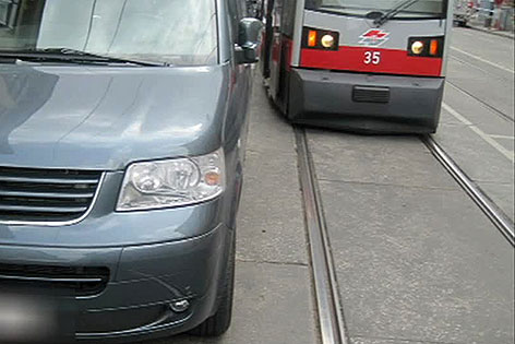 Falsch parkendes Auto behindert Straßenbahn