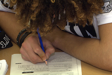 Schüler schreibt in ein Heft