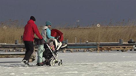 Eisläufer und Fußgänger auf dem Neusiedler See