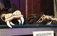 Wolfsmasken bei Kostümverkauf im Regal