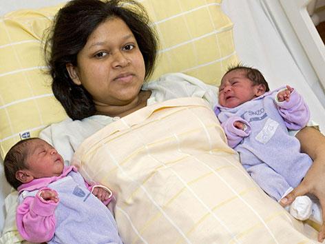 Neujahrsbabys Arisha und Amira mit ihrer Mutter Nahida
