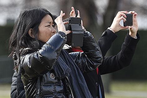 Touristen mit Handy