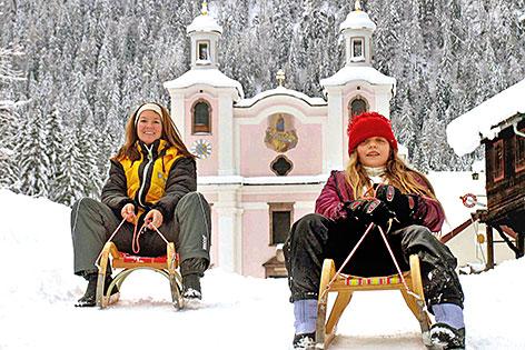Rodlerinnen vor der Wallfahrtskirche Maria Kirchental
