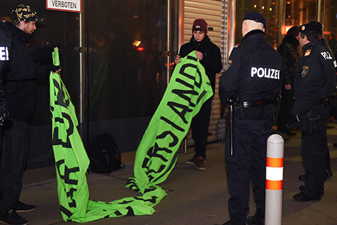 Polizisten Transparent Demonstranten